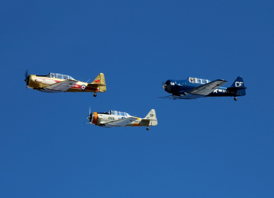 North American T-6 Texan/SNJ formation pass Vintage Aircraft Weekend 2016